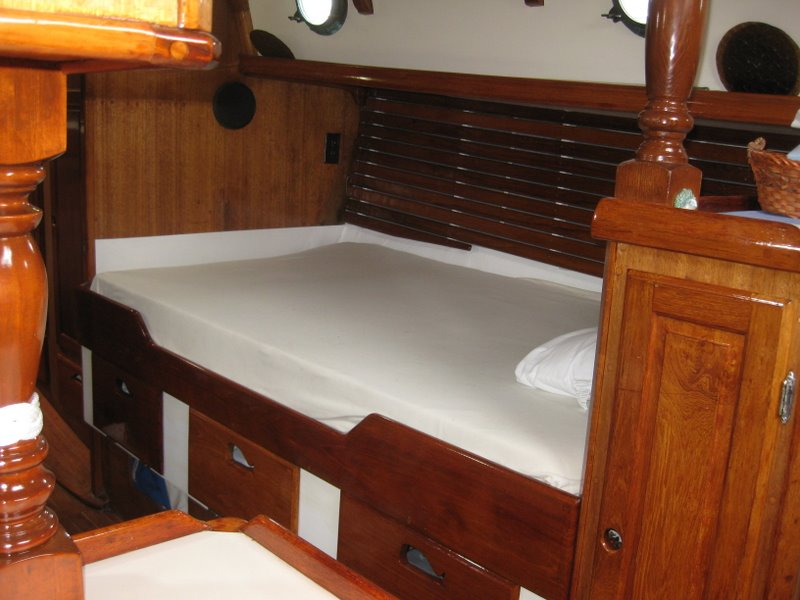 Westsail 32 gallery image with filename: westsail32-patience-starboard-saloon-pullmanberth.jpg